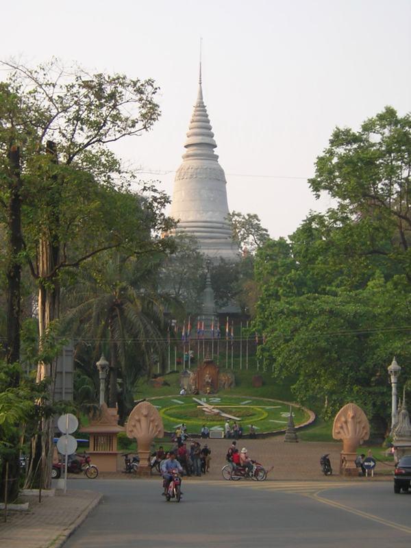 Phnom_Penh_hill.jpg
